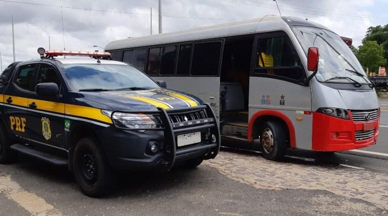 PRF prende motorista e apreende ônibus com placas clonadas