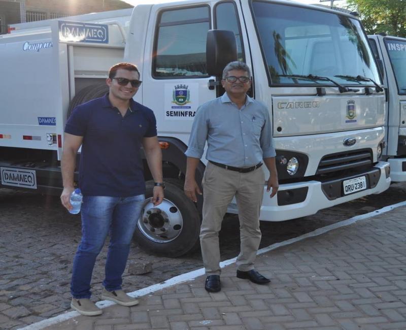Prefeitura de Corrente faz entrega de dois caminhões para o município