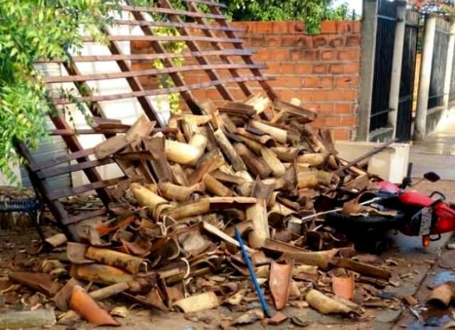 Moto ocupada por menores,destrói alpendre de comércio em José de Freitas.