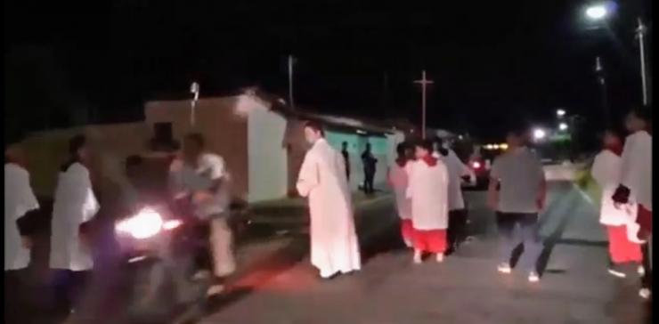 Vídeo: Padre é atropelado durante procissão no Piauí