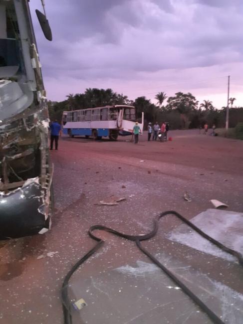 Colisão entre dois ônibus deixa uma mulher ferida na PI 112