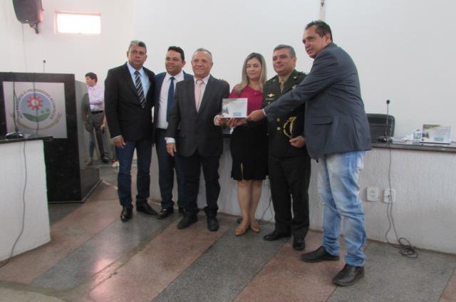 Em sessão solene Prefeitura e Câmara Municipal homenageiam servidores