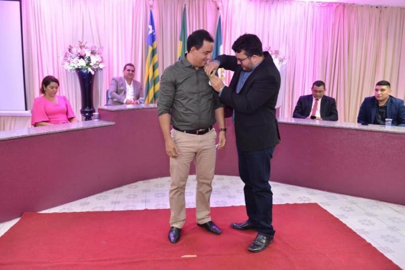 Demerval Lobão | Secretário recebe honraria por relevantes serviços