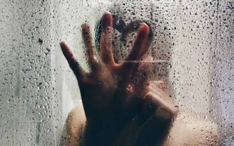 Confira 6 posições sexuais ousadas para experimentar durante o banho