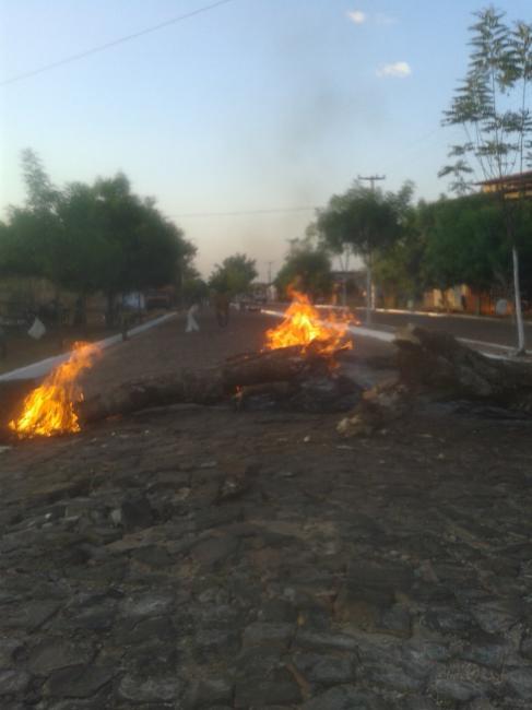 Moradores protestam por causa da falta de água em Matias Olímpio