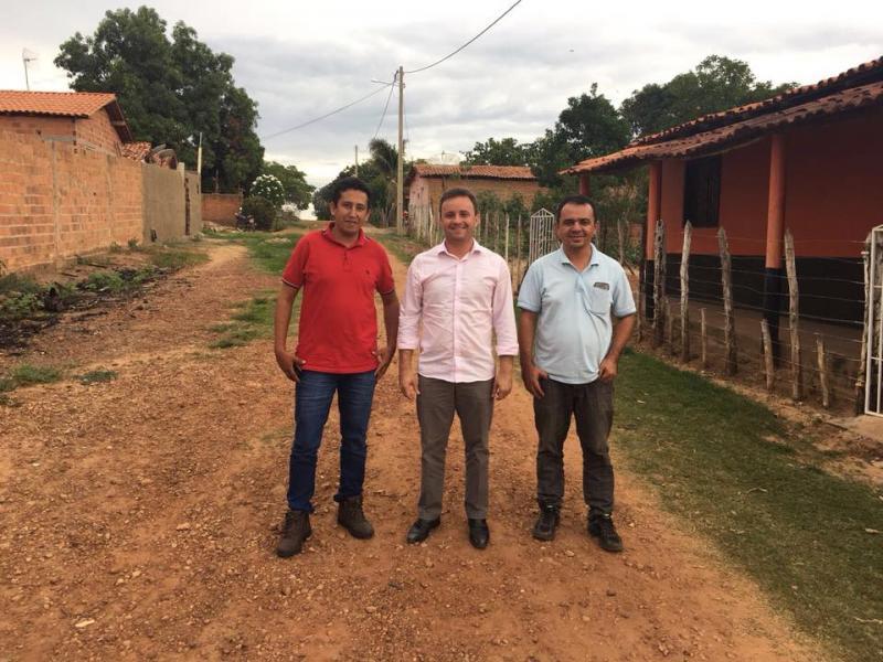 Prefeito de São Pedro, Junior Bill visita ruas que vão receber calçamento