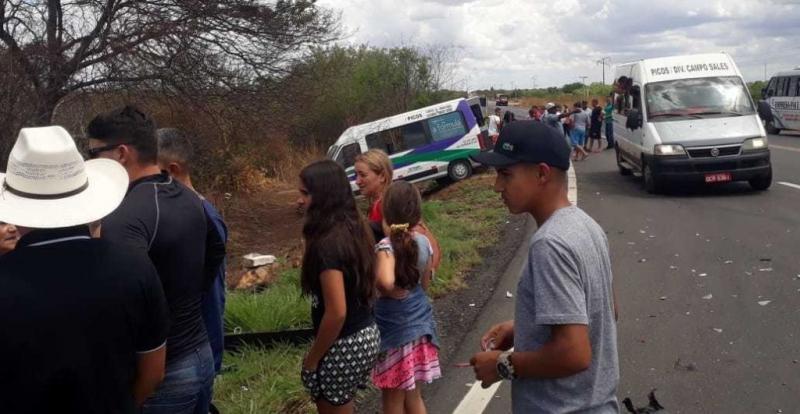 Colisão entre carro e van deixa passageiros feridos na BR-316