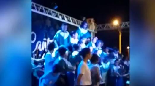 Palco desaba e crianças caem durante apresentação de coral no Piauí