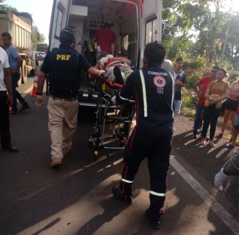 Colisão entre carro e ônibus deixa vítima presa às ferragens