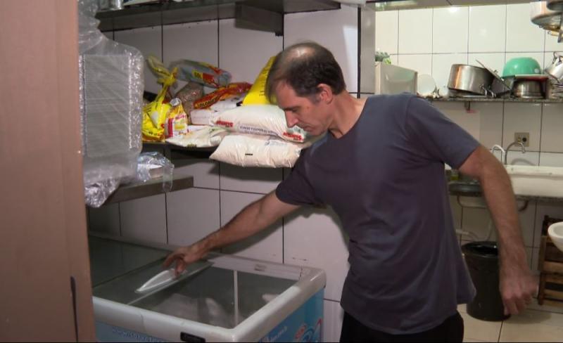 Dono de churrascaria mostra freezer que foi alvo de ladrões em Ribeirão Preto, SP — Foto: Chico Escolano/EPTV