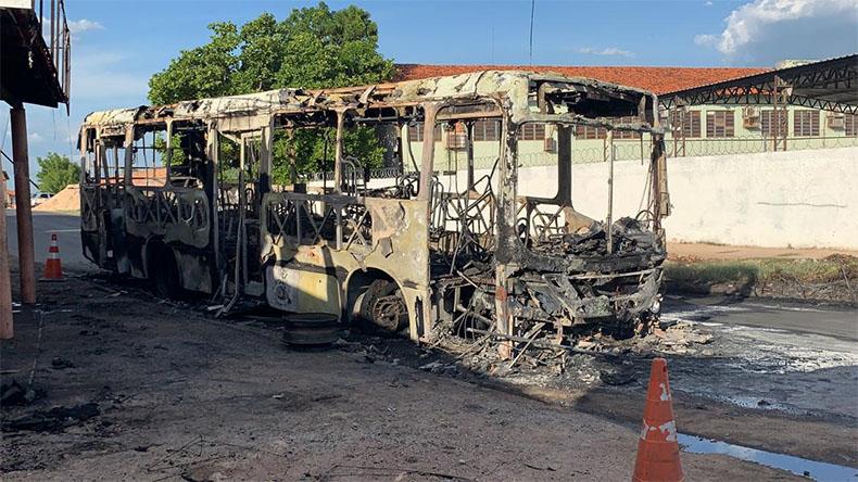 Após colisão, ônibus coletivo e moto pegam fogo na zona leste de Teresina