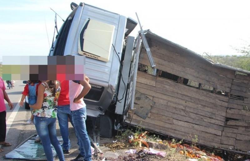 Caminhão carregado de frutas e Hilux se envolvem em acidente