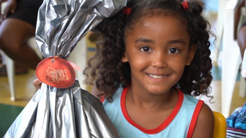 Campanha de natal entrega kits escolares a crianças carentes