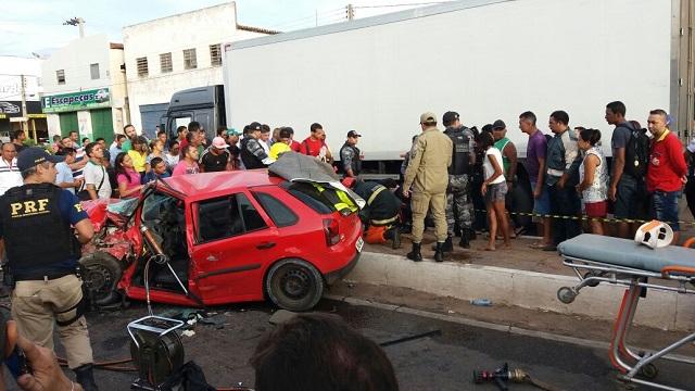 Motorista fica preso às ferragens em acidente na BR 343