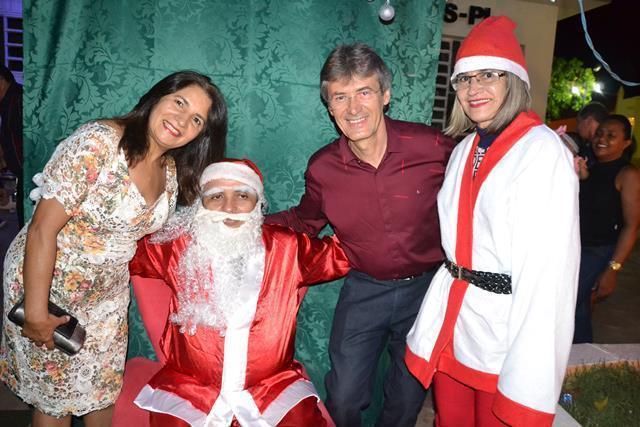 Papai Noel e Mamãe Noel com o prefeito e primeira Dama.