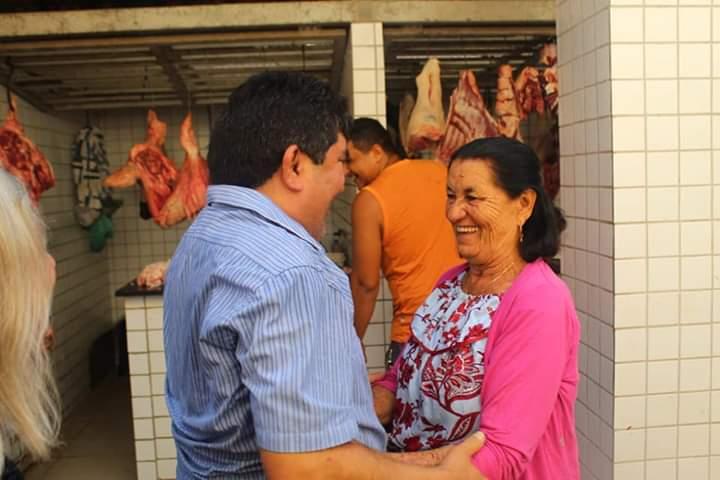 Pré-candidato a prefeito de Esperantina Erasmo visita Mercado Publico