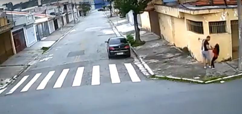 Jovem de 18 anos é arrastada para dentro de carro e estuprada; veja vídeo