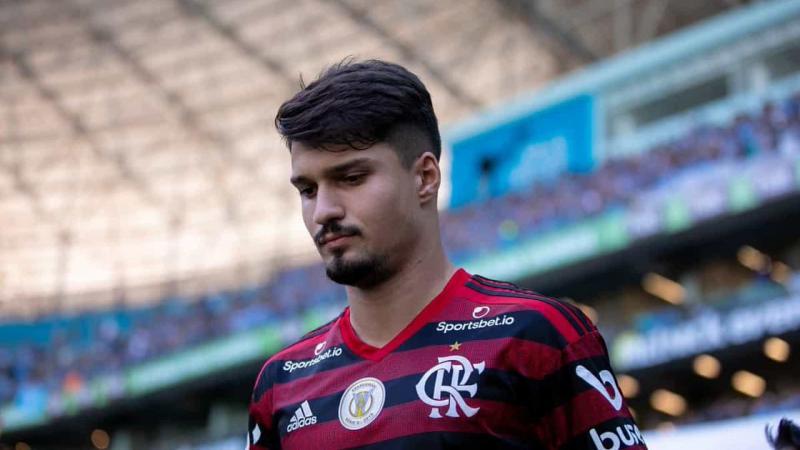 Zagueiro do Flamengo chama colega de time de macaco em vídeo