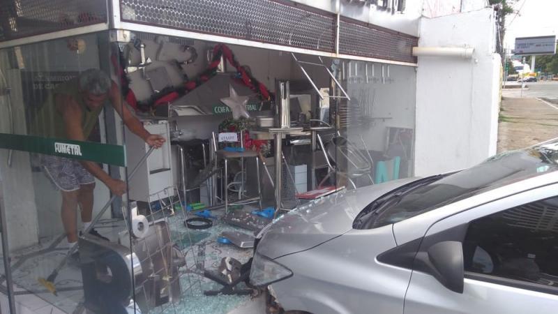 Homem fica ferido após perder controle de carro e colidir com loja