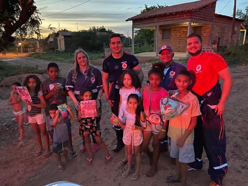 Equipe do SAMU de Altos entrega cestas e brinquedos na zona rural