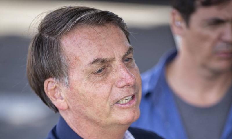 """Bolsonaro quer 'suavizar' livros didáticos: """"Muita coisa escrita"""""""