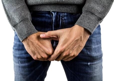 Pênis de homem necrosa após mordida durante sexo oral