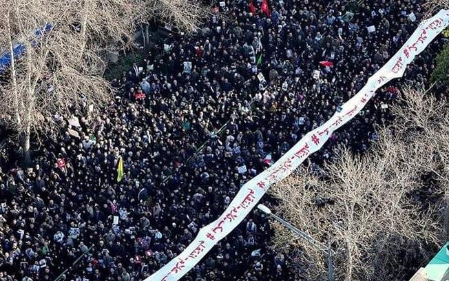 Milhares de pessoas acompanham o cortejo fúnebre do general iraniano Foto: reprodução