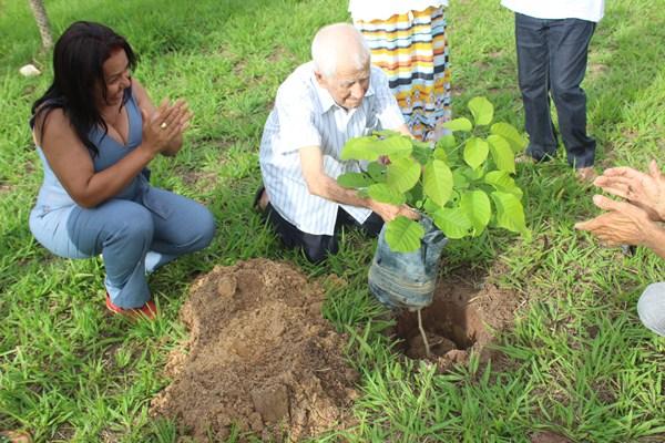 Seu Paulo Leal plantando a árvore