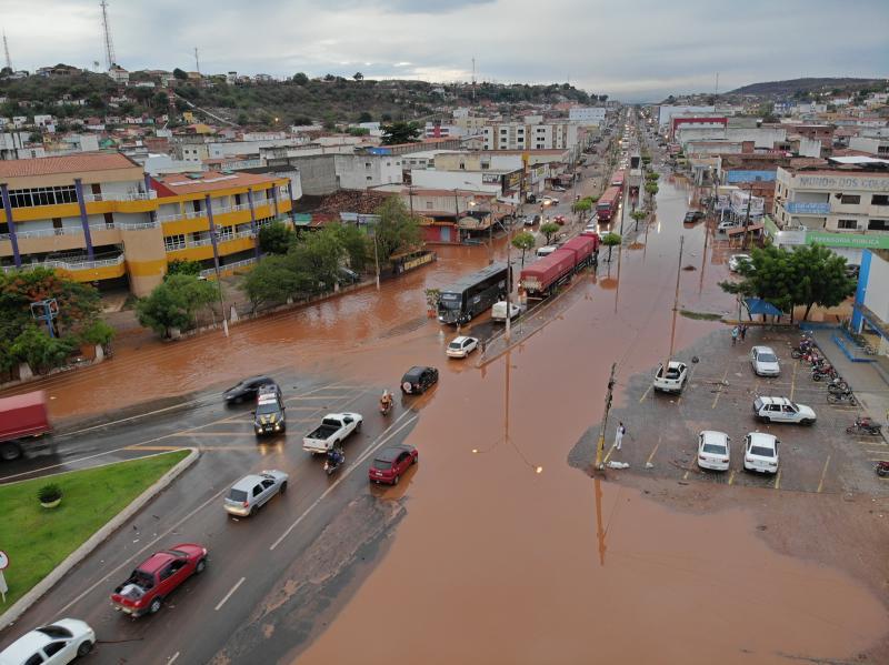 Chuva deixa vários pontos alagados em Picos; veja!