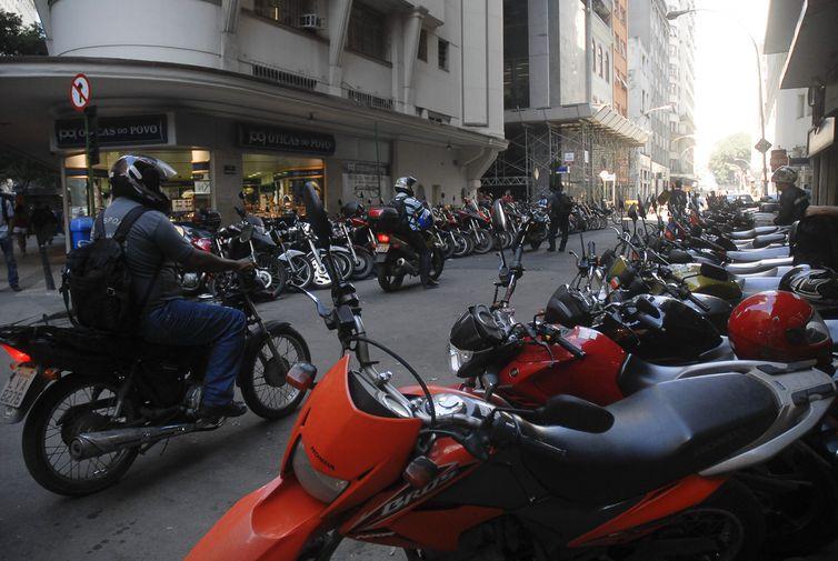 O preço do seguro para motocicletas caiu para R$ 12,25. Para automóveis, passou para R$ 5,21 - Arquivo/Agência Brasil