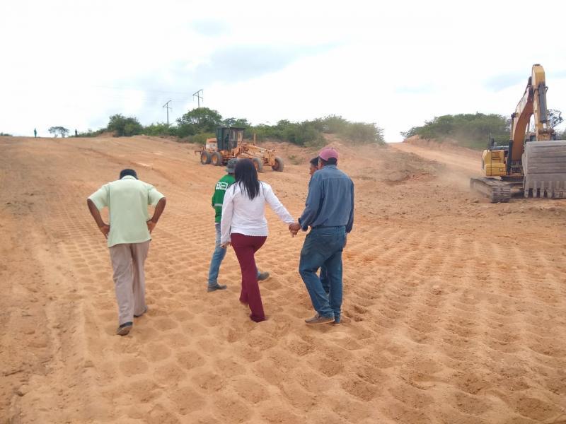 Prefeita visita a obra da estrada que liga Colônia a Aliança do Gurgueia