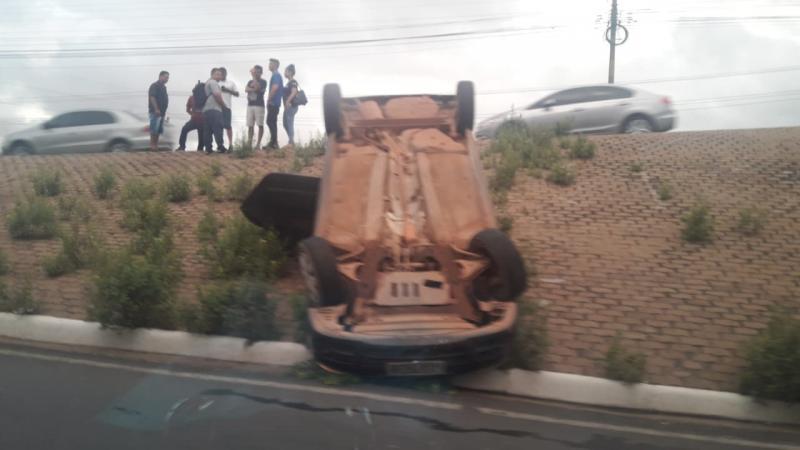 Após perder o controle, motorista capota veículo em frente a Rodoviária