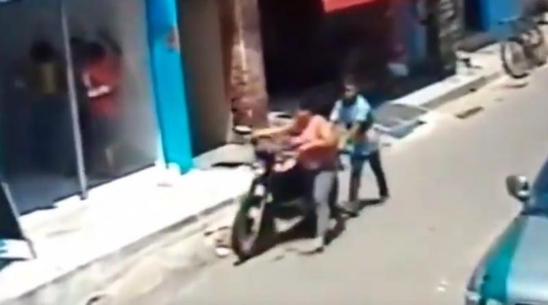 Vídeo: Mulher e adolescente furtam moto no PI e são flagrados por câmeras
