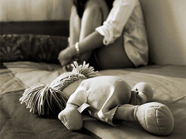 Garota de 13 anos engravida após ser abusada sexualmente pelo pai e irmão