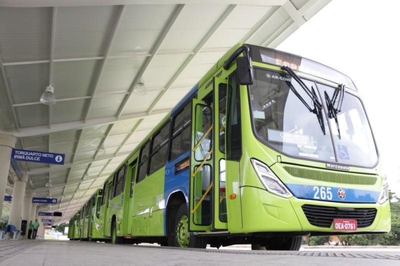 Motoristas e cobradores de ônibus param atividades em Teresina