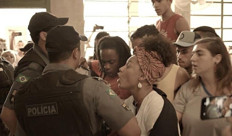 'Amor de Mãe': Camila é agredida pela polícia ao defender seus alunos
