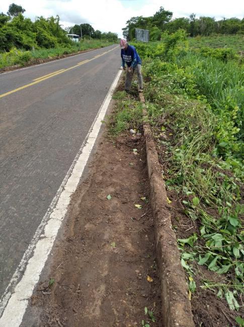 Prefeitura de Lagoinha do Piauí realiza limpeza nas margens das estradas