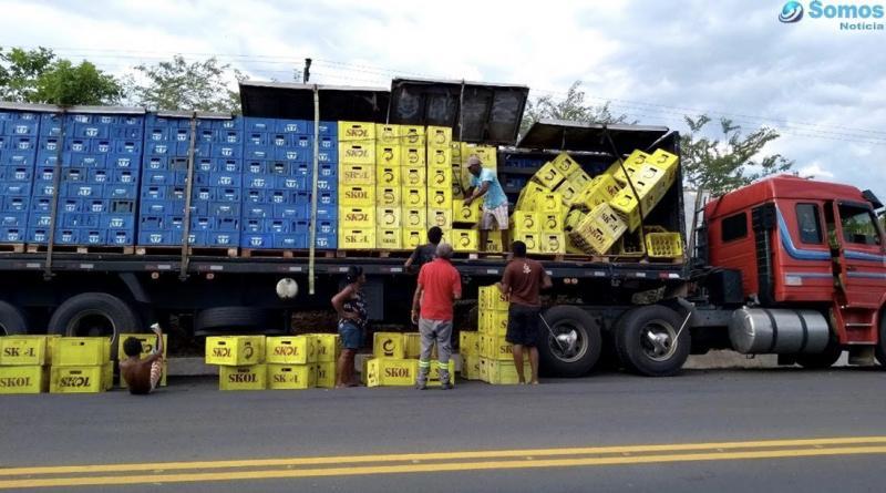 20 caixas de cerveja caem de carreta na BR 343