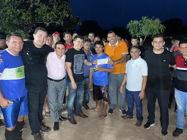 Prefeito Rubens Vieira e Nonatinho do Sindicato apreciam torneio de futebol