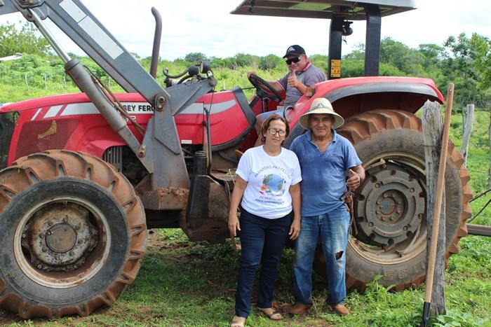 Secretária de Agricultura Cruz Frasão acompanha serviço de Aração de Terras
