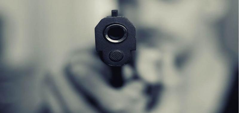 Homem não aceita término, atira na ex e acerta em criança de 9 anos