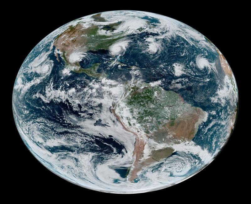 Ministro da Ciência compartilha foto para 'provar' que Terra não é plana