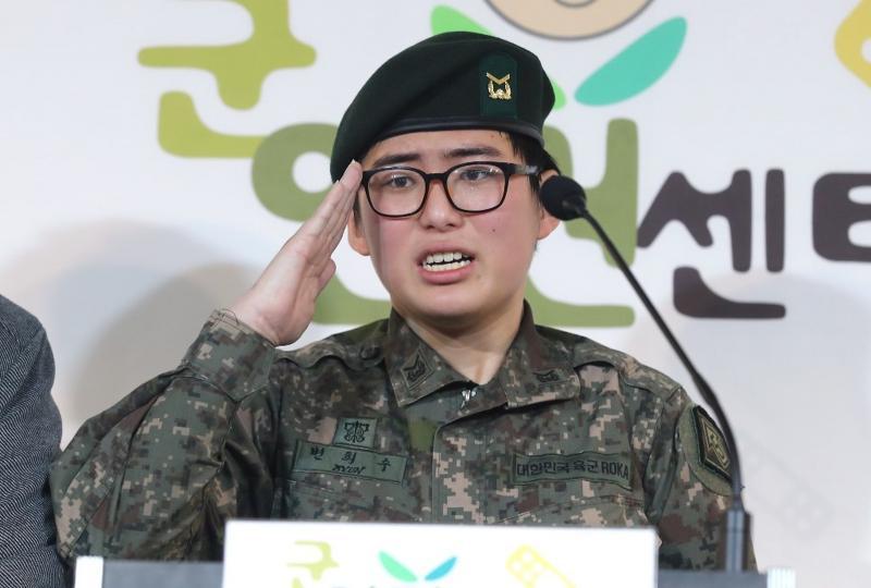 Exército sul-coreano expulsa militar que passou por transição de gênero