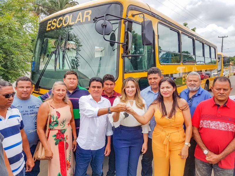 Rejane Dias entrega ônibus escolares em Coivaras