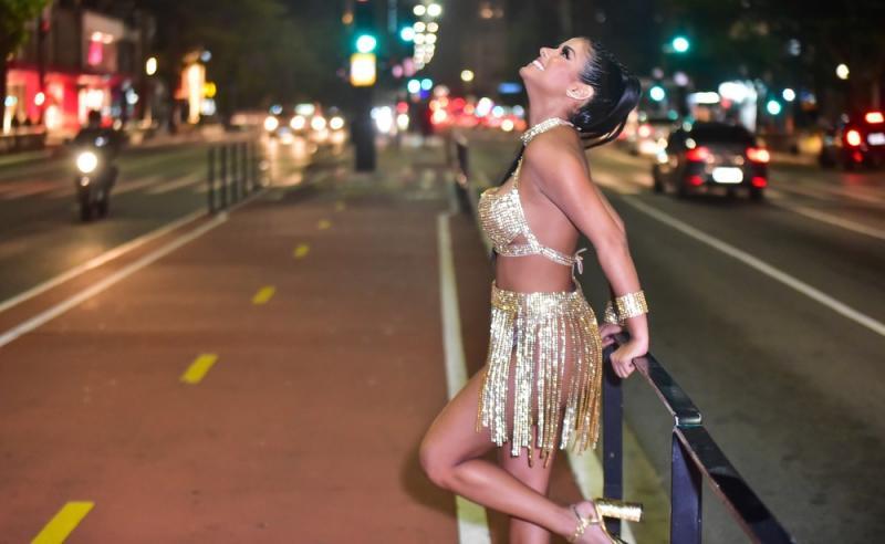 Ex-BBB Munik estreia no carnaval de SP com fantasia de R$ 30 mil