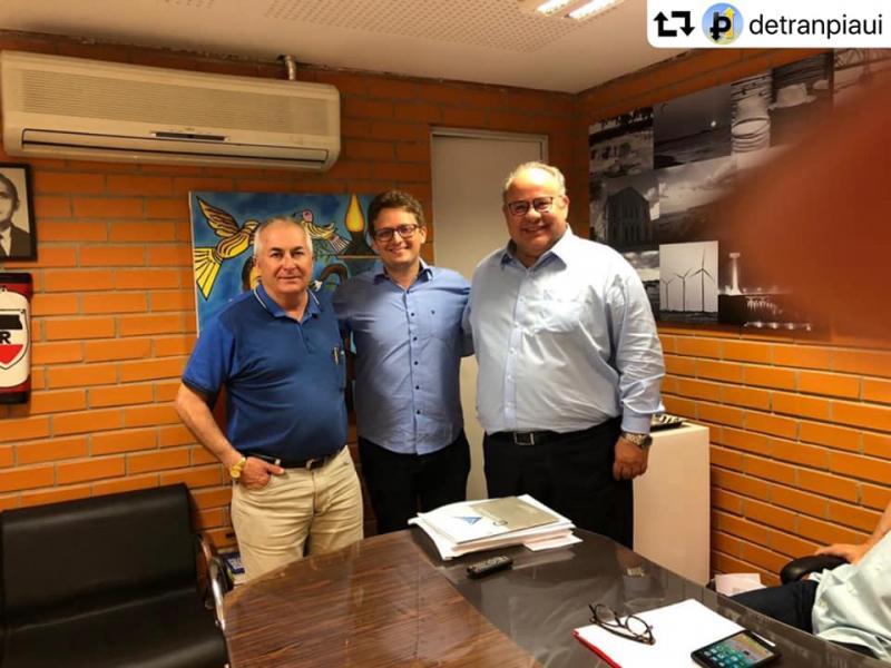 Prefeito de Santa Cruz dos Milagres se reúne com diretor do DETRAN-PI