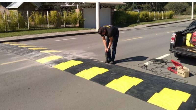 Primeira lombada ecológica feita de pneus é instalada em Teresina