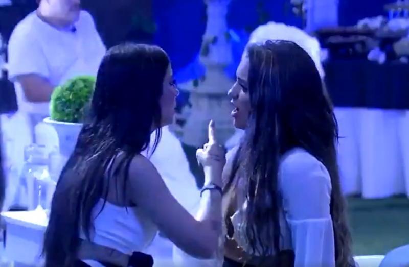 'BBB20': Bianca Andrade discute com Rafa Kalimann, chora e cogita sair
