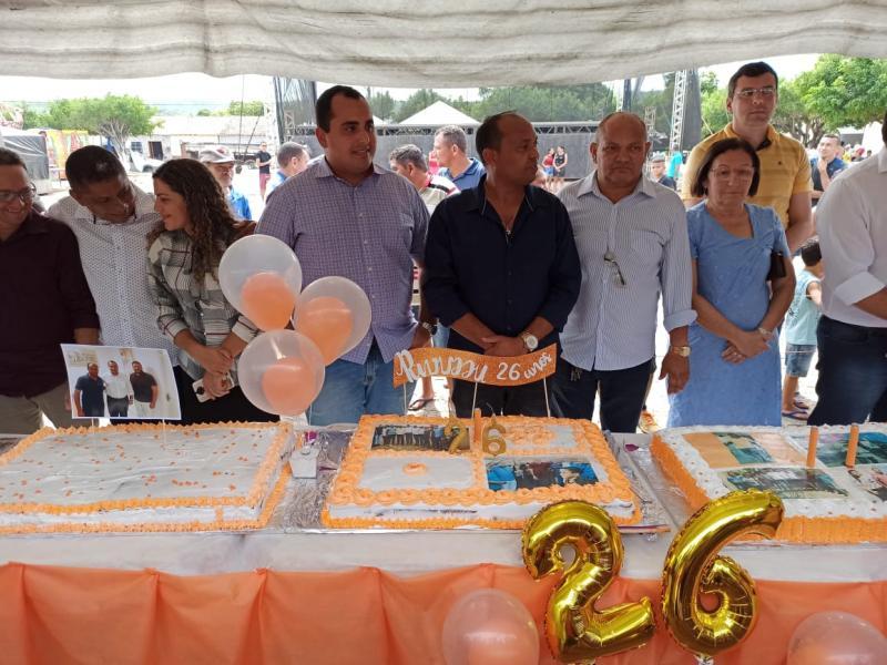 Prefeito comemora 26 anos de Pavussu com corte do bolo