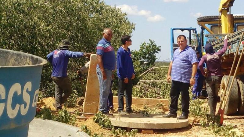 Prefeito Léo Leite participou também da montagem da base de caixas dágua na zona rural do município